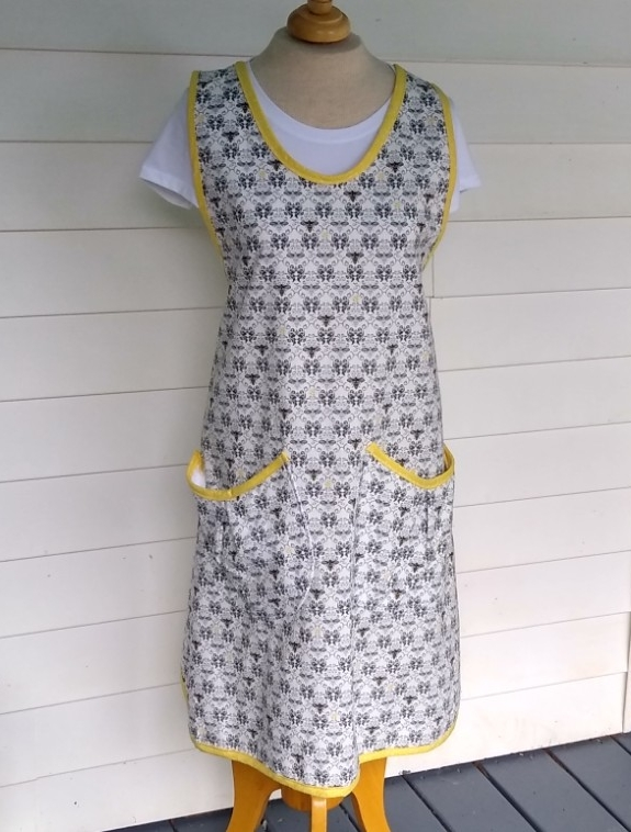 Bee Apron, size 14-16 adult